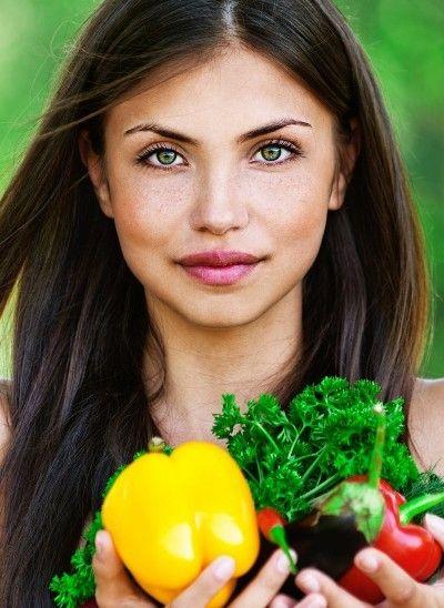 Femeile sunt diferite de barbati, iar in consecinta metabolismul feminin este diferit de cel masculin, motiv pentru care dieta femeilor are o serie de particularitati. Dupa cum exista alimente bune pentru barbati exista o lista cu cele mai bune 10 alimente pentru femei.