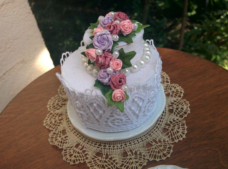 miniatűr emeletes torta, filcből babaházba