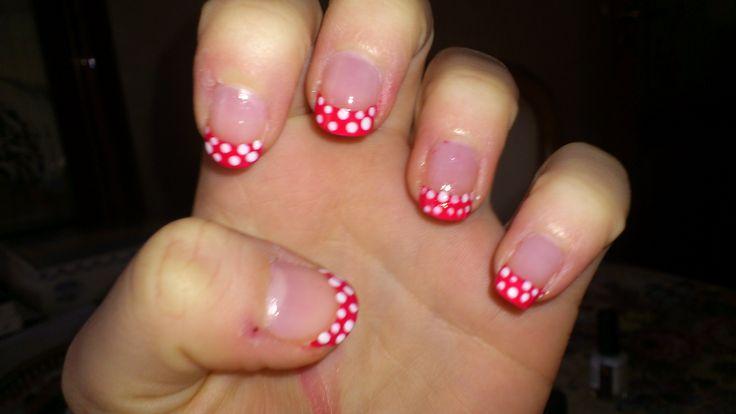 French manicure con pois bianchi su fondo rosso