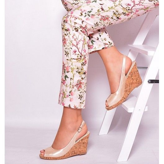 Dámske sandále krémovej farby so zapínaním na boku - fashionday.eu