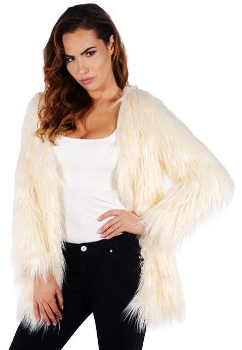 Restez bien au chaud cet hiver dans ce magnifique manteau en fausse fourrure beige, c'est votre allié mode du grand froid ! On aime sa coupe sans col stylée mais surtout on adore les poils longs super doux de ce manteau en fourrure beige.