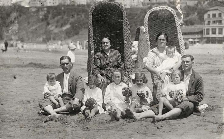 Retrato de familia en la Playa de Ereaga, años 20.  Detrás, el Balneario de Igeretxe.  (ref. 05202)