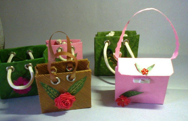 This miniature  paper bags is made with color papers