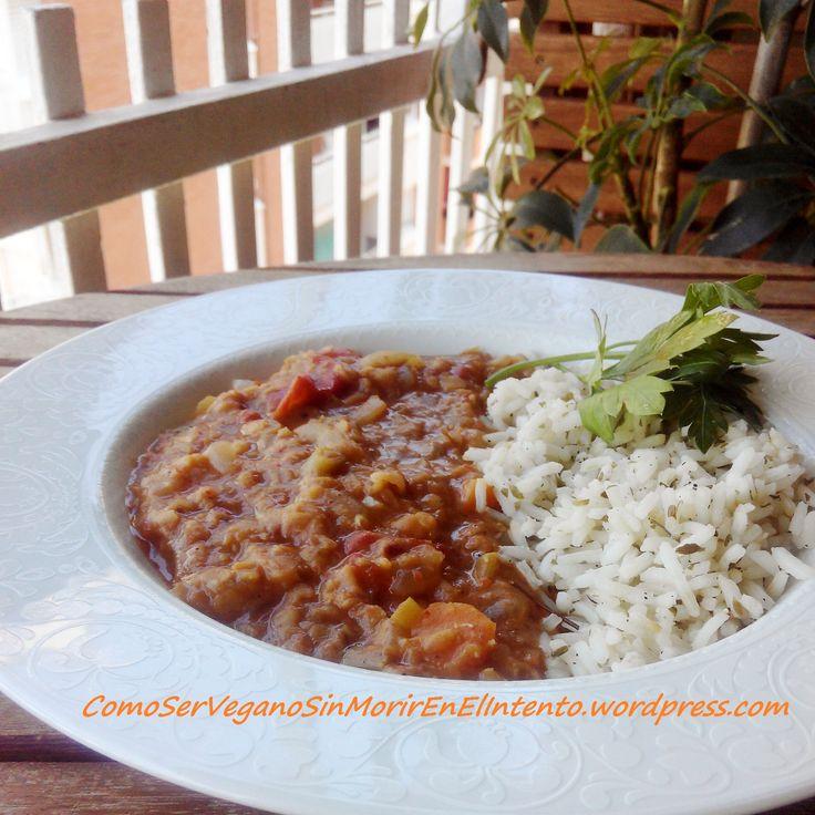 Un guiso de lentejas rojas con garam masala y jengibre, algo picantón, acompañado de arroz largo especiado.