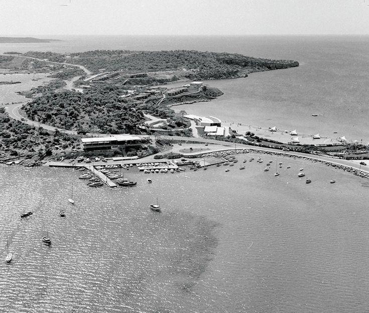 Σπάνιες Φωτογραφίες του Ανδρέα Παπανδρέου, του Κωνσταντίνου Καραμανλή και της Ζωής Λάσκαρη στη Βουλιαγμένη - VICE