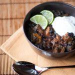 zuppa di fagioli neri dai sapori messicani con patate dolci. Pochi ingredienti, cottura lenta per un piatto (quasi) vegano completo di ogni macronutriente