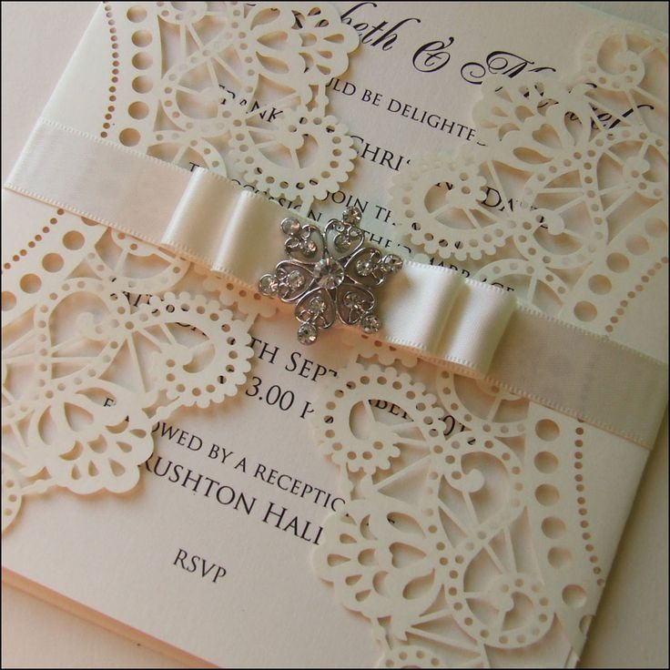 Vintage wedding invitation design. Lasercut, satin ribbon and old fashioned brooch | Corte láser, cinta de raso y un broche, para diseños de invitaciones de boda estilo vintage.