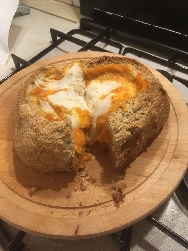Vulcano di pane che erutta gaspacho