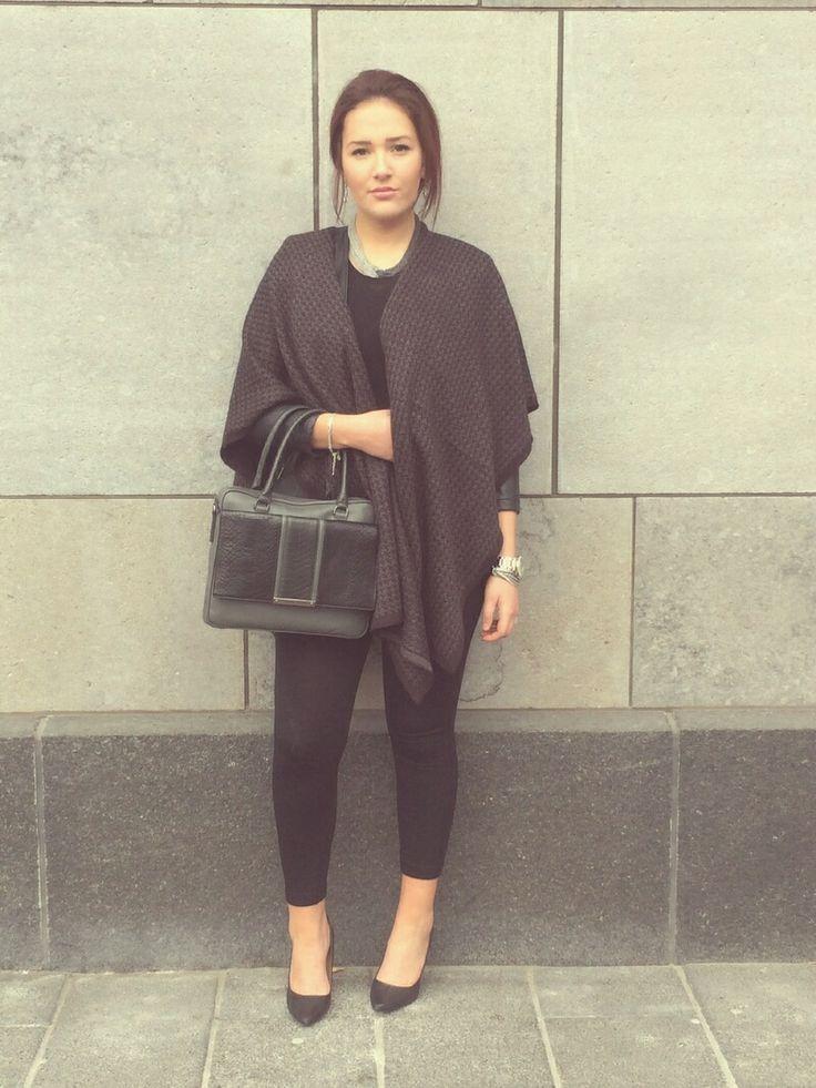 Noémie de Ste-Foy. Superbe look d'automne gris et noir mettant en vedette le sac LADY et le collier SUPERSTAR. carolineneron.com