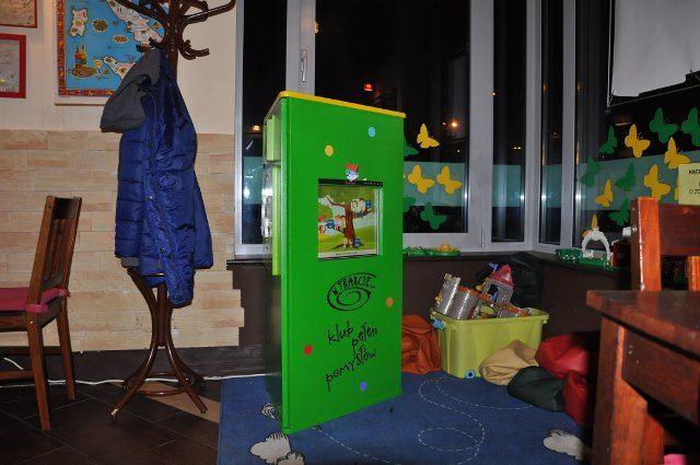 Interaktywny kącik dla dzieci w restauracji włoskiej.  Rozrywka dla dzieci oznacza więcej czasu i spokoju dla rodziców