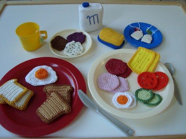 Ich biete hier eine selbstentworfene Anleitung zum Häkeln eines Frühstückssets für die Kinderküche und/oder den Kaufladen, bestehend aus: Brot/Toast (ca. 5,5cm x 4,5cm) Wurst und Aufstrich (ca. 4,5cm) Käse (ca. 6cm x 4,5cm) Butter mit Dose (ca. 7cm