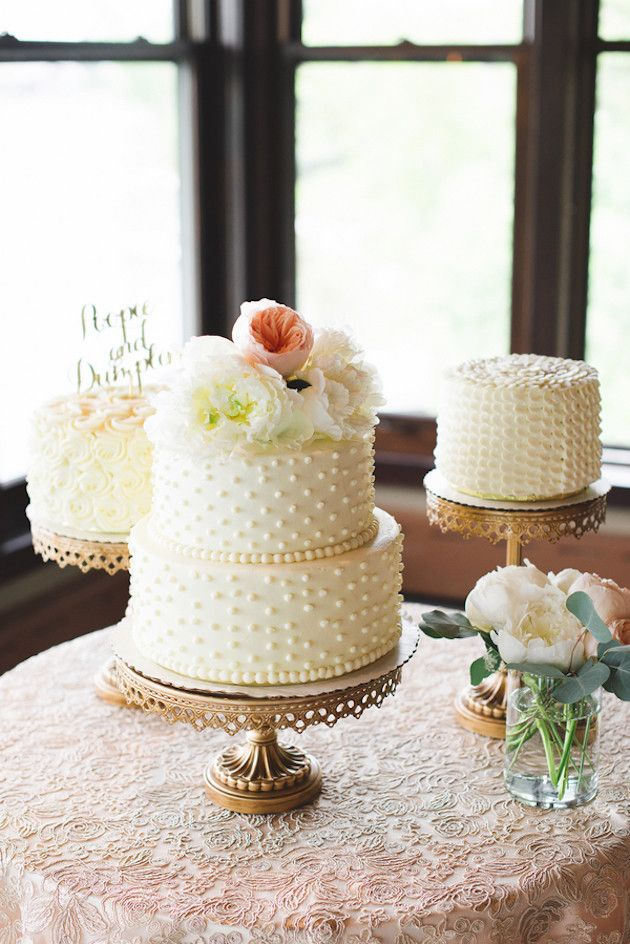 Bolos básicos para um casamento na casa do lago, organizado em 4 meses. A base dourada dá glamour aos bolos simples brancos texturizados com pérolas.