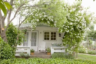 tuinhuisje-wit-bloemen-hout-groen