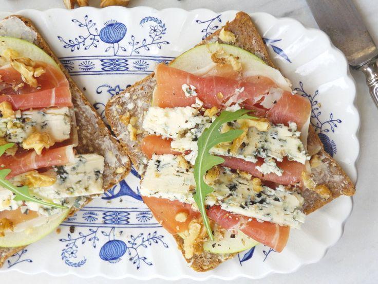 Ανοιχτό σάντουιτσς με μπλέ τυρί, μήλο και προσούτο