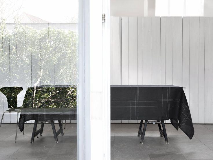 Grace - Uni anthrazit, nur fein gewebte weiße Streifen. Ein klassisches Design, mit  Avantgarde-Qualität  Grace- A classic design with avant-garde quality