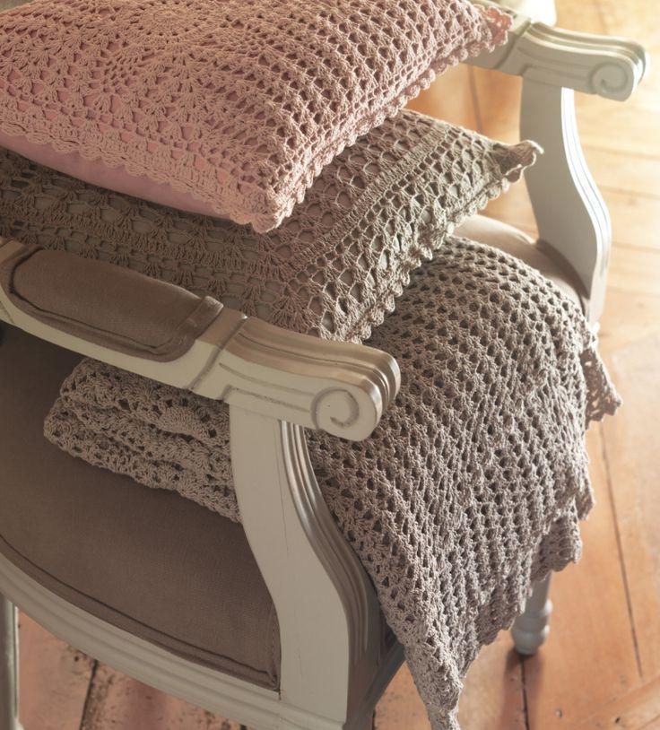 coussins et plaid en crochet d licatesse sur fauteuil. Black Bedroom Furniture Sets. Home Design Ideas