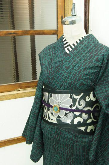 黒と深い緑で染め出された、吉原繋ぎの飛び文様も小粋な格子縞が江戸の情趣をさそう注染レトロ浴衣です。 #kimono
