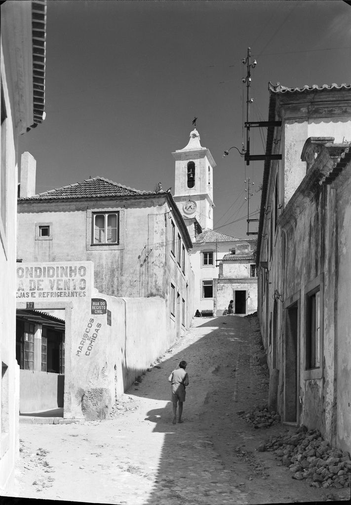 Almada, Portugal Rua do Registo Civil. Data provável da produção da fotografia original: 1946. Fotógrafo: Mário Novais (1896-1967).