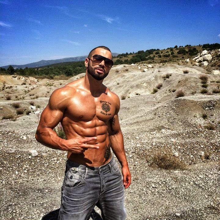 Lazar Angelov est un entraîneur et mannequin masculin bulgare né en 1984, célèbre pour son physique esthétique.