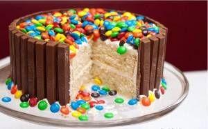 Heerlijke+chocolade+taart;+m&m`s+en+kitkat!  Snel+&+gemakkelijk!+Lekkerrrrr