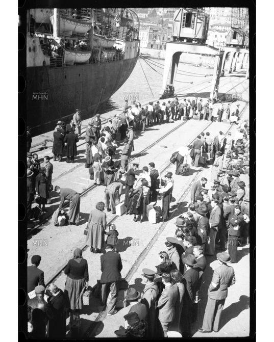 Llegada de Refugiados Españoles a Valparaíso  Autor  o fotogr. Miguel Rubio F.    Año 1939       Fuente:  Fotografía Patrimonial   M.H.N.