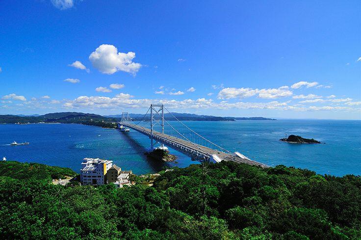 【徳島県 鳴門海峡】鳴門海峡は、鳴門市の孫崎と淡路島の門崎との間にあるわずか1.3kmの海峡。瀬戸内海と紀伊水道との海水の干満によってこの海峡に落差が生まれ、すさまじい潮流となって豪壮な渦潮(鳴門の渦潮)が発生します。 http://www.awanavi.jp/ #Tokushima_Japan #Setouchi