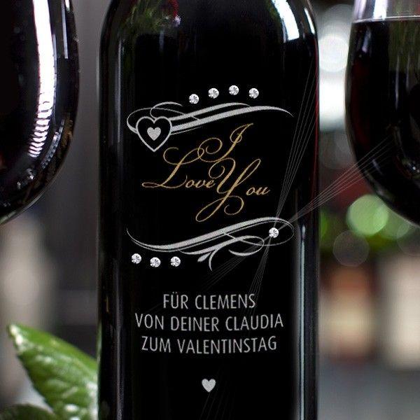 Weinflasche mit Liebeserklärung, graviert und mit Swarovski Elements veredelt. Gefunden bei http://www.geschenke-online.de/persoenliche-weinflasche-i-love-you-mit-swarovski-elements