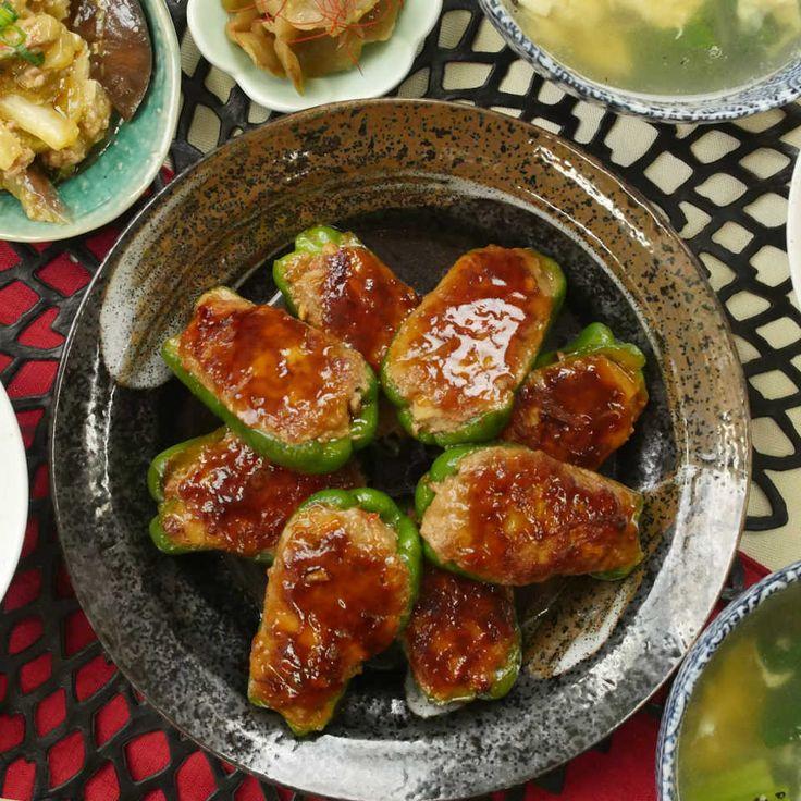 千切りじゃないけどチンジャオロースの味!今回はピーマンの肉詰めの簡単アレンジレシピをご紹介します♩オイスターソースや鶏がらスープを合わせた濃厚タレに絡めて焼けば、ご飯が何倍でも食べられそうな、コク深い味わいになりますよ。