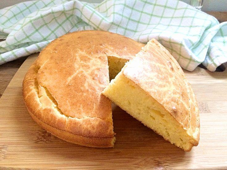 Enkelt och jättegott naturligt glutenfritt bröd som får fin färg och smak från majsmjöl. Det är bara att röra ihop ingredienserna och du har nybakat bröd på en halvtimme!