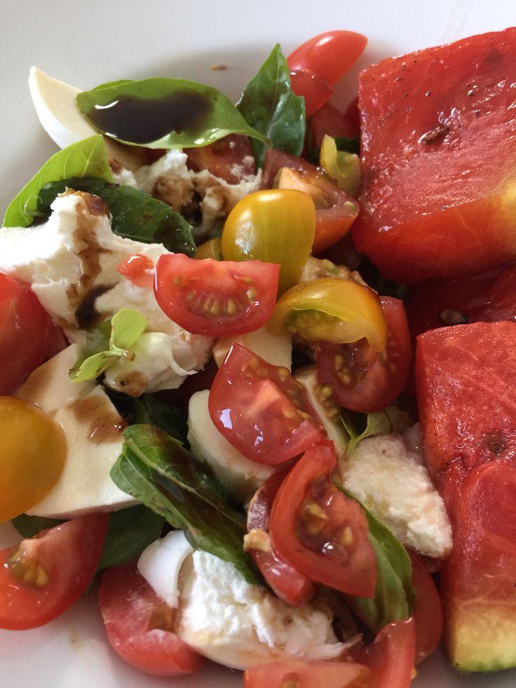 Gegrilde watermeloen met peper, zout, olijfolie en honing, kerstomaatjes, mozzarella, balsamico van vijgen, basilicum en muntblaadjes.   Heerlijk als maaltijdsalade of fris voorgerecht! #imadethis