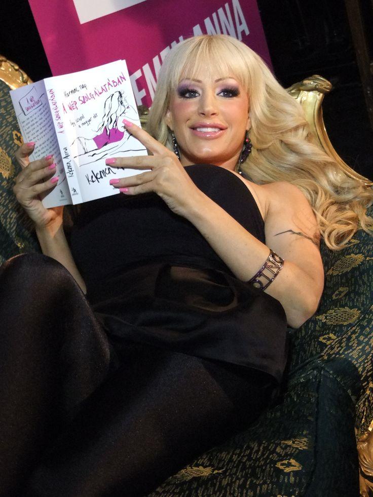Anna büszke legújabb könyvére (Könyvbemutató) Fotó: Vásárhelyi Dávid - Hír7