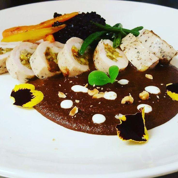 El Beso - Pollo en Mole de Avellana, un piatto gourmet dai gusti particolari: Petto di pollo in salsa tipica messicana (fatta in casa) con ingredienti del Piemonte: Cioccolato, peperoncini, nocciole e spezie.