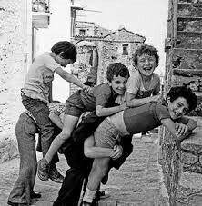 3 3 giù giù Due squadre di tre-quattro ragazzi ognuna, piu' il cuscinetto. Questo si metteva addosso ad una parete e la prima squadra (riceventi) si sistemava a partire da lui, in una fila china e collegata con le braccia A questo punto la seconda squadra, un ragazzo alla volta, saltava sopra la prima. Ovviamente tutti i componenti dovevano riuscire a saltare sulla prima  Se i chinati resistevano agli impatti ed al peso, si invertivano le squadre; se crollavano svenuti, si continuava
