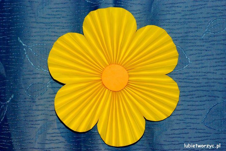 Kwiat stworzony z harmonijkowych serduszek :)   #kwiat #kwiatek #harmonijkowykwiat #kwiatzserc #zserc #zharmonijki #dekoracja #przedszkole #sposobwykonania #instrukcja #jakzrobic #DIY #lubietworzyc #howto #flower #papercraft #handmade #instruction