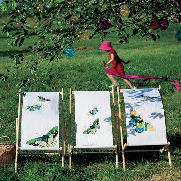 Transat dont la toile a été peinte de papillons colorés à la peinture textile