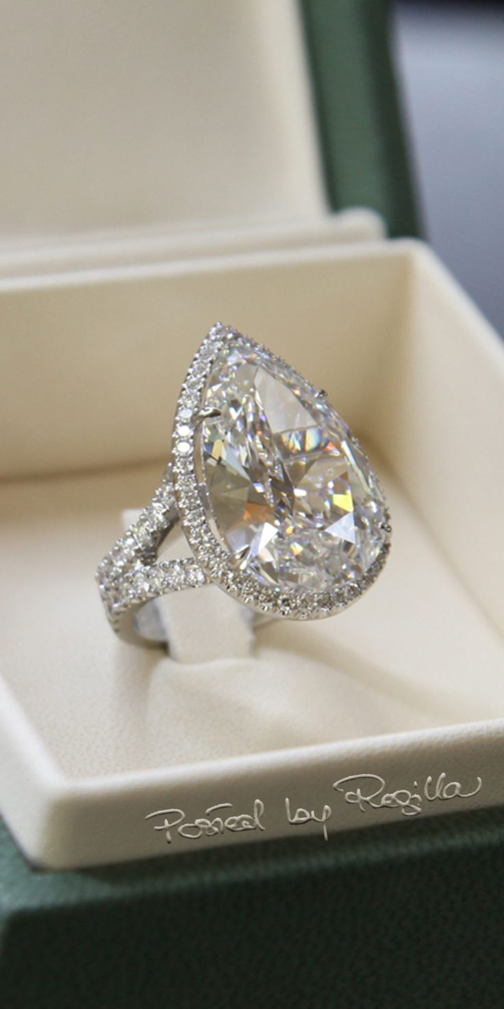 Regilla ⚜ Paris Hilton's engagement ring by Michael Greene, New York