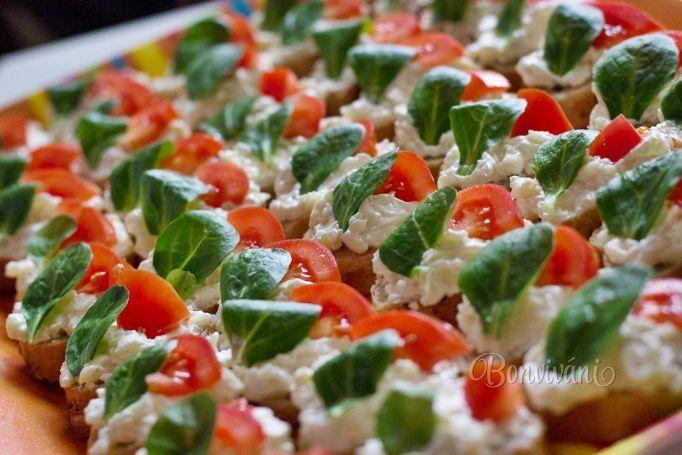 Rýchle pohostenie - tmavé celozrnné bagetky so syrovým šalátom jemne ozdobené rajčinou a poľníčkom.