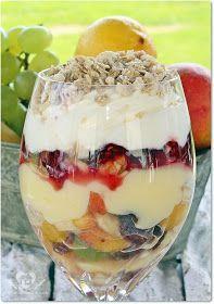 sobremesa de salada de frutas com creme de baunilha, chantilly e granola super refrecante para um dia de calor