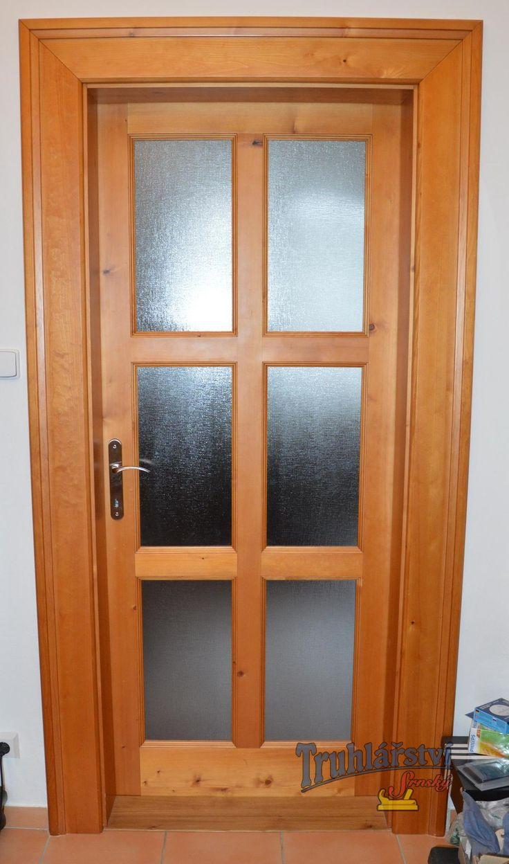 Dveře jednokřídlé, kazetové, prosklené s ozdobnou obložkovou zárubní. Smrk, mořené, nástřik transparentní lak.