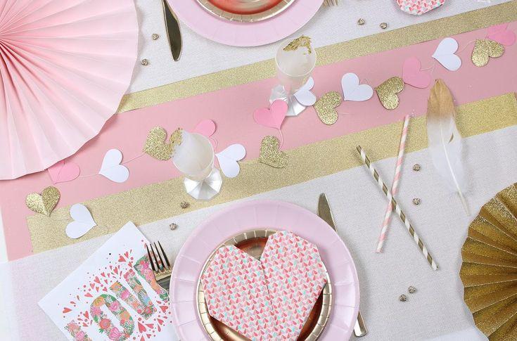 Table de St Valentin : décoration et vaisselle or et rose poudré
