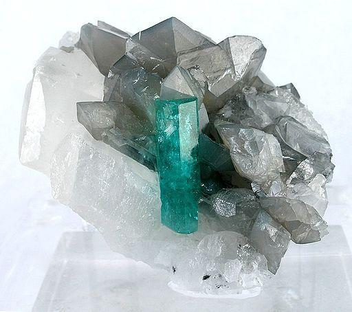 Las piedras tienen propiedades que pueden transmitirle a los diferentes chakras, justo aquello que necesitas. Si tienes problemas emocionales, la esmeralda es conocida como la piedra de las emociones, que puedes aprovechar al servicio de tu salud.