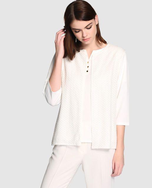 Chaqueta en color blanco, de manga francesa y tejido combinado en la parte delantera.