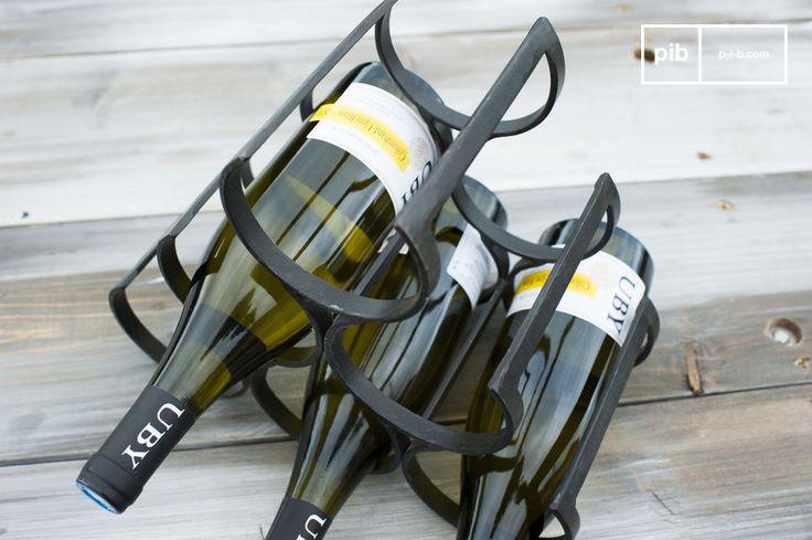 Interamente realizzato in ferro battuto, questo porta bottiglie è stato verniciato con cura per rinforzarlo e dargli un tocco di eleganza