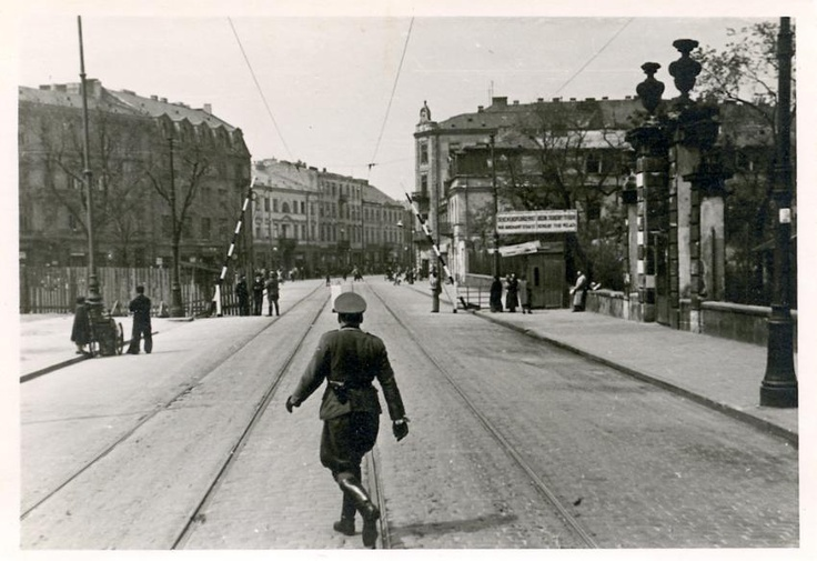 Entrance of the Warsaw ghetto in May 1941.