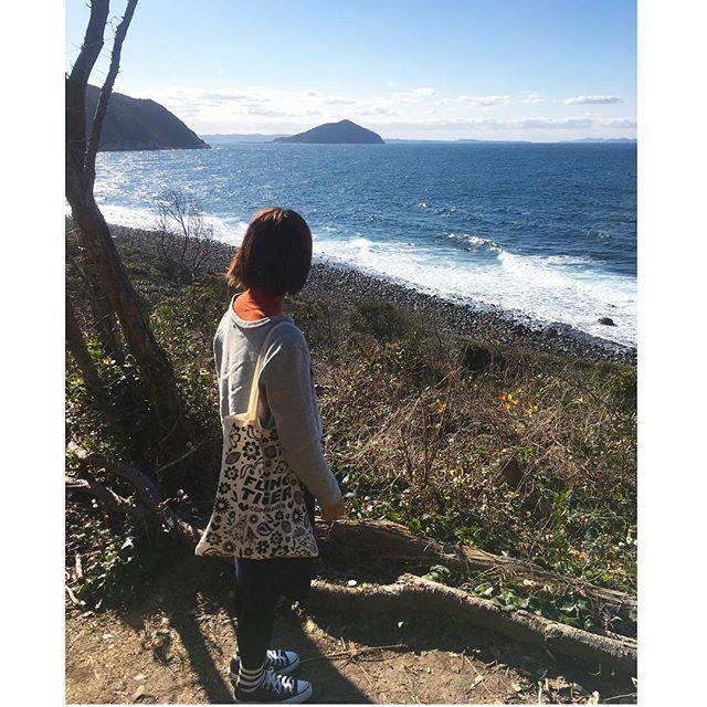 【ykori】さんのInstagramをピンしています。 《* 玄界灘ザッパーン 🌊 . 芥屋の大門という 今まで行ったことのない所に。 行こうとしたら立ち入り禁止 看板のあるものすごい場所だった。笑 . でもここからの夕日は とても綺麗そうです 🌇💕✨ . #福岡#糸島#黒磯海岸#芥屋の大門 #森 #崖 #蛇いそう #誰もおらん #必死で逃げる  #テラタンの九州ライフ》