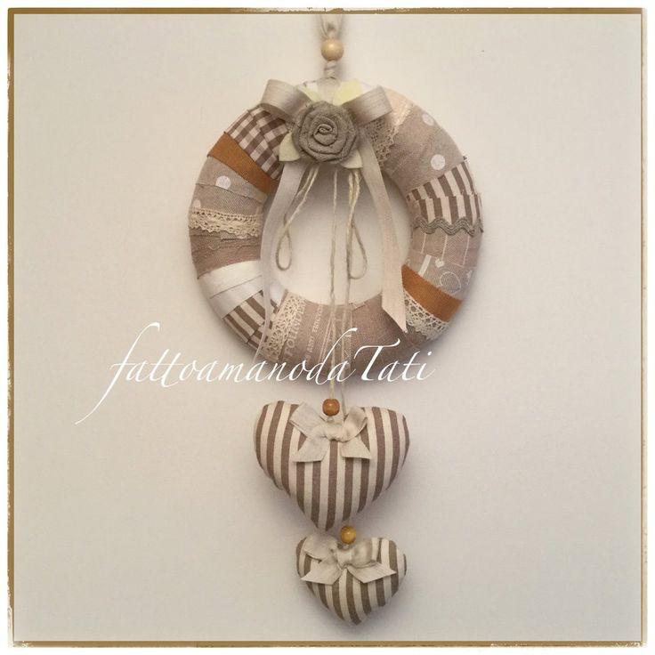 Corona in lino e cotone fantasie dai toni naturali con due cuori imbottiti a righe