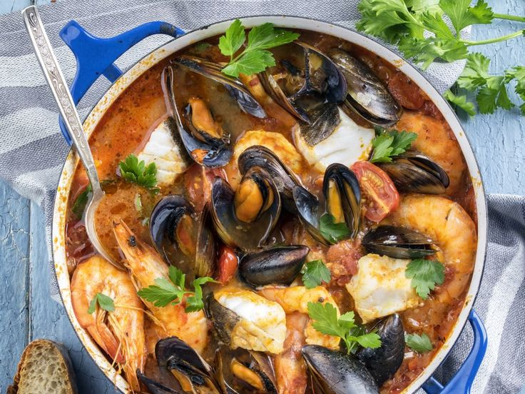 poisson, crabe, tomate, oignon, ail, fenouil, feuille de laurier, eau, huile, rascasse, queue, saint-pierre, rouget, roucaou, vive...