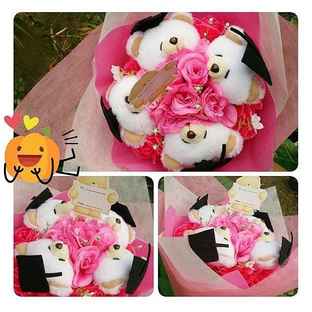 HAND BOUQUET Idr. 210k Isi 4 kepala boneka Bisa isi 2 kepala saja (couple) idr.180k Bisa ganti 1 bear pakai baju (65k) Pilihan boneka: bear FF kelinci hello kitty sapi babi rillakuma. Bunga artificial Pilihan warna bunga: merah pink putih kuning. Premium wrop: pink biru tosca. Diameter 30cm FREE!!! Kartu ucapan!! #hadiahwisuda #hadiahsidang #bouquetmurah #bouquetboneka #bouquetbunga #valday #valentineday #valentinegift #kadovalentine #kadovalentineunik #graduationgift #dagelan #bonekalucu…