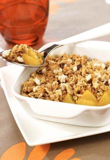 Pfirsich-Pistazien-Crumble - Leichte Desserts: Naschen ohne Reue - Crumbles schmecken am besten, wenn sie lauwarm und knusprig sind. Sind Sie schon einmal auf die Idee gekommen, Ihre Frühstücks-Cornflakes als Streusel für einen Fruchtauflauf zu verwenden...