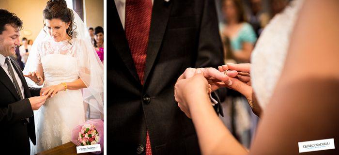"""""""Il momento delle fedi"""": nel momento in cui gli sposi si scambiano gli anelli stanno davvero suggellando la loro unione. Bando all'emozione... il #galateo dice che l'anello non si bacia prima di infilarlo al dito, ma dopo! [via @qualcosadiblu]"""